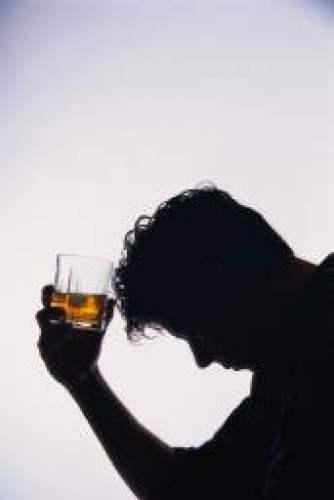 La característica de los adolescentes con la dependencia alcohólica
